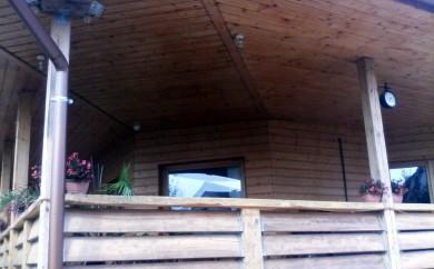 Könnyűszerkezetes ház külső lambéria burkolat és Borovi korlát